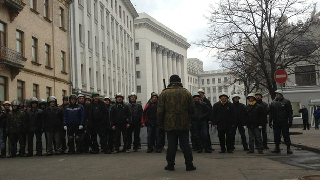 Opposition guards outside parliament building in Kiev, Ukraine (22 Feb 2014)