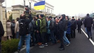Families, protesters and the media stream into presidential residence outside Kiev