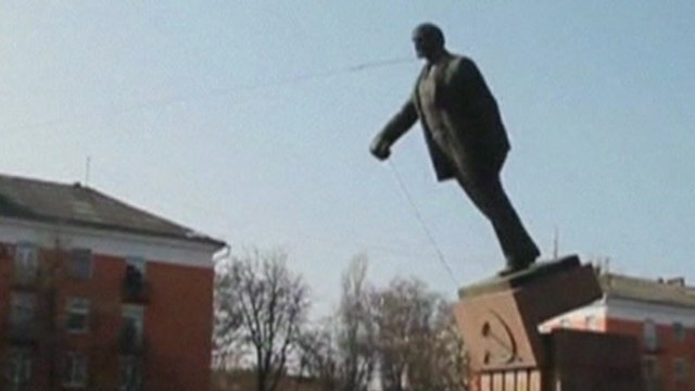 A statue being taken down