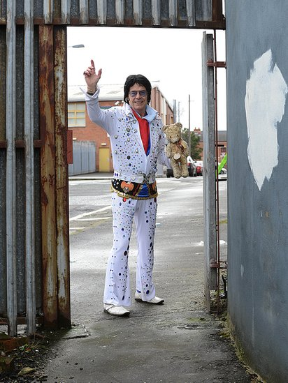 Elvis made his way through the barrier that separates both communities, and on to the lower Shankill Road.