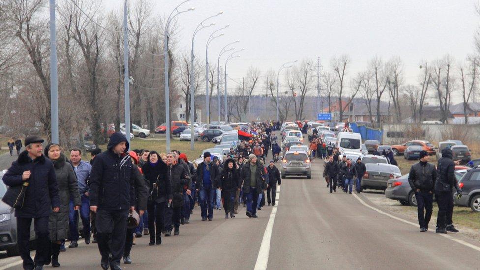 People stream towards residence north of Kiev (22 Feb 2014)