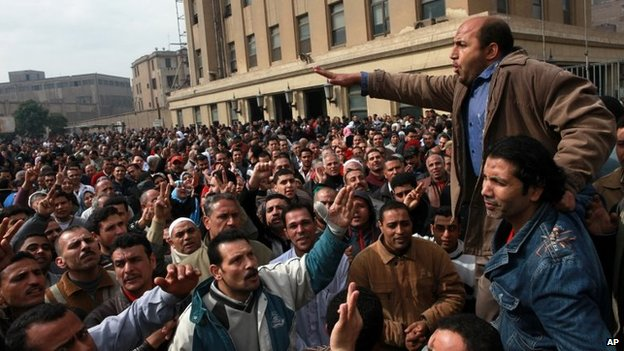 Textile workers demand higher wages during a strike in Mahalla al-Qubra in Egypt (15 February 2014)