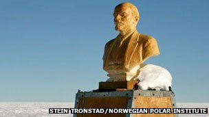 Ukraine commits statue-cideLenin in South Pole