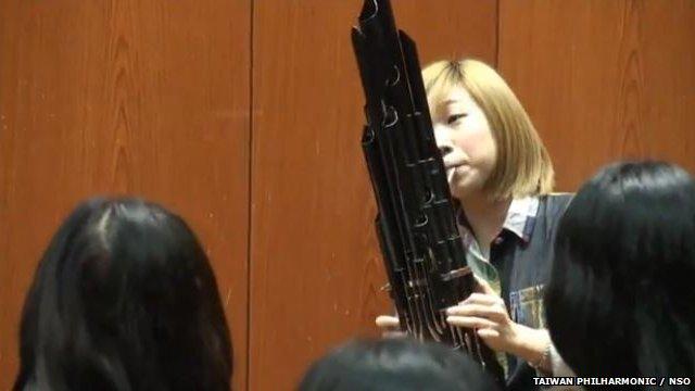 Lijin Li playing the sheng