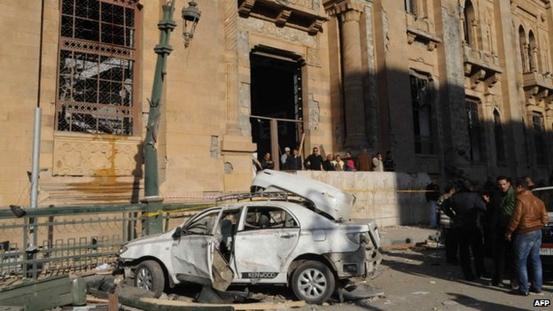 Destroyed car near the police HQ in Cairo (24 January 2014)