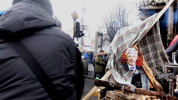 Darts game in the Maidan