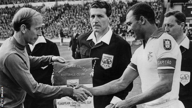 Coluna, as captain of Benfica, exchanges pennants with Manchester United captain Bobby Charlton before the European Cup final of 1969
