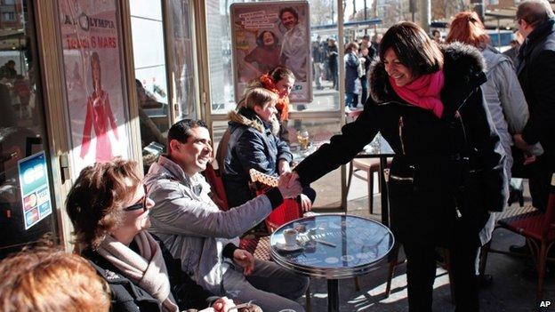 Anne Hidalgo in a market in Paris (16 Feb 2014)