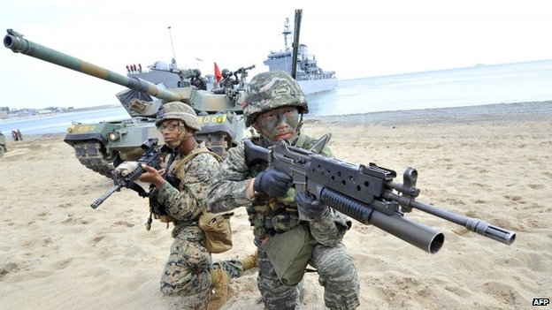 South Korean marine (right) and US Marines (left) in a joint military exercise (File photo April 2013)