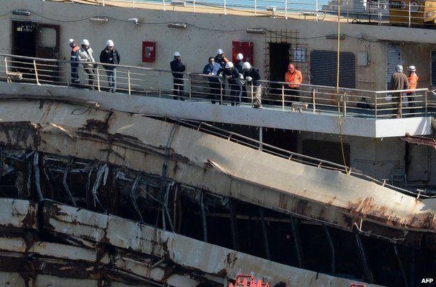 Francesco Schettino on the ship (C) in blue sweater (27 Feb)