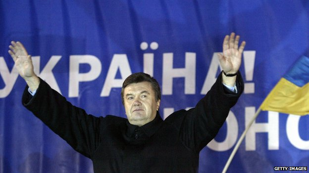 Viktor Yanukovych greets supporters in December 2004