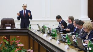 Newly appointed Ukrainian PM Arseniy Yatsenyuk (L) speaks at a cabinet meeting in Kiev on 27 February 2014