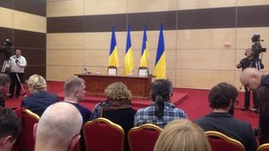 Ukrainian flags on show ahead of Yanukovych press conference