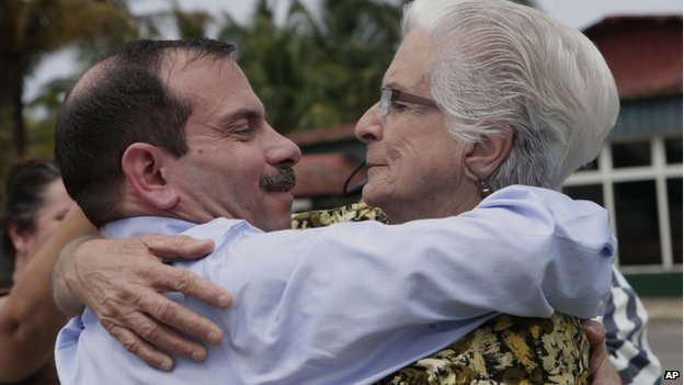 Fernando Gonzalez embraces his mother at Havana airport (28 February 2014)