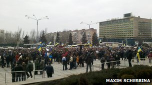 Rally in against the Russian troop deploymentoutside the regional administration offices in Zaporizhya (2 March 2014)