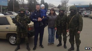 Family posing with Russian soldiers at Simferopol airport (picture by David Herszenhorn of the New York Times), 2 March 2014
