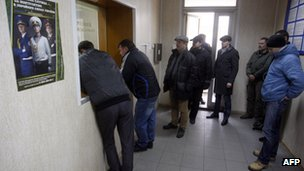 Ukrainian men queue up at military enlistment office (2 March 2014)