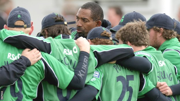 Phil Simmons talks to the Ireland team in 2009