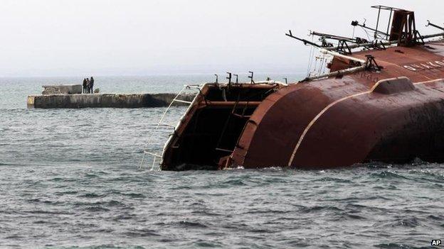 Marinheiros russos afundar o navio anti-submarino russo Ochakov fora da cidade da Criméia de Myrnyi para bloquear a saída de navios de guerra ucranianos, 06 março