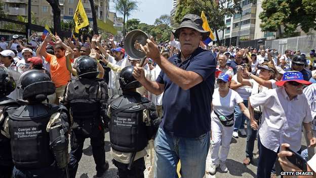 Man bangs pot at Caracas protest