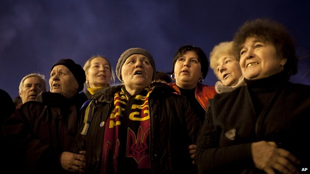 Women sing Ukraine's national anthem in Kiev