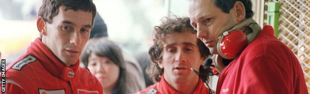 Teammates Brazilian Ayrton Senna (L) and French Alain Prost (C) confer with a team staff member during their second qualifying practice 29 October 1988.