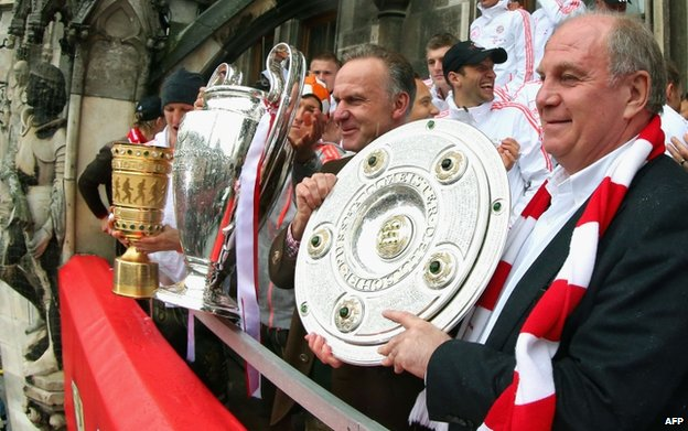 Uli Hoeness (R), here with Bayern chairman Karl-Heinz Rummenigge, remains popular with fans (March 2013)