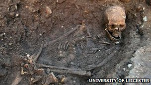 Richard III skeleton in its grave