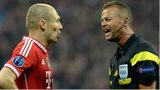 Norwegian referee Svein Oddvar Moen (right) speaks to Bayern Munich's Dutch midfielder Arjen Robben