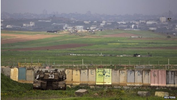 Israeli tank behind wall outside Gaza Strip (13/03/14)