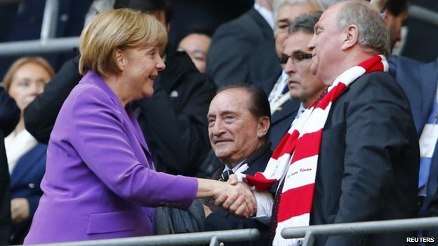 Angela Merkel shakes hands with Uli Hoeness (25 May 2013)