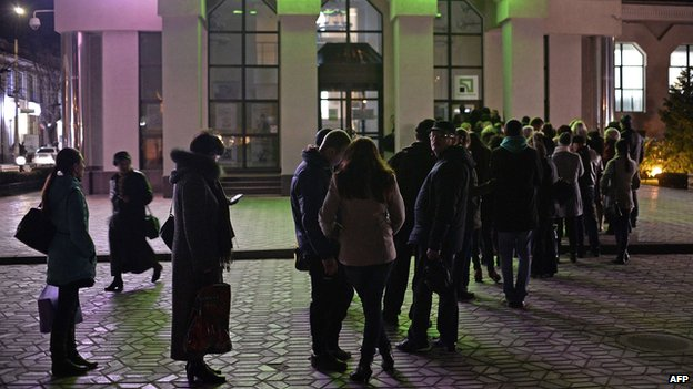 People queue at banks in Simferopol, Crimea, on 13 March 2014