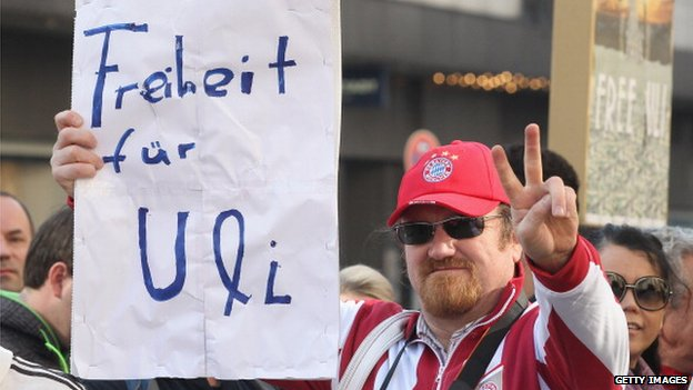 Fan holding up a Hoeness support message outside the court in Munich (13 March 2014)