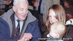 Tony Benn with Lyndsay Lanagan and her son Sabe at Dubmire School, Houghton-le-Spring, Durham, in 2004