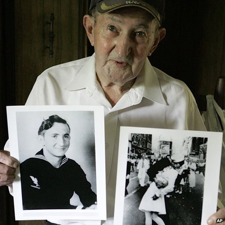 Man in iconic WW2 kissing photo dies