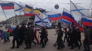 Russian supporters carry flags in Sevastopol (16 March 2014)
