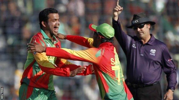 Shakib Al Hasan (left) congratulates Abdur Razzak after he took a wicket