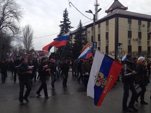 Crowd on the move again, heading for local hq of security services in #Donetsk