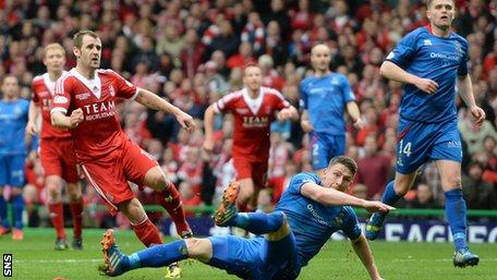 Niall McGinn misses a chance