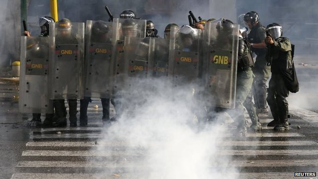 National Guards advance on anti-government protesters during clashes at Altamira square in Caracas on 16 March, 2014