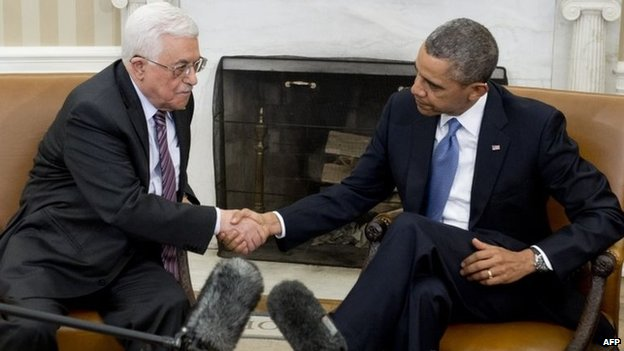 Mahmoud Abbas shakes hands with Barack Obama at the White House (17 March 2014)
