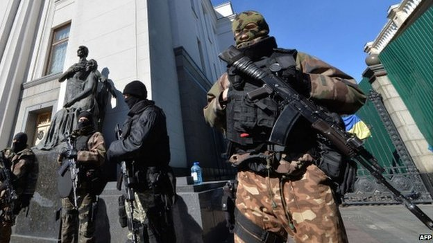 Ukrainian special troops stand guard in front of the parliament during a session in Kiev (17 March 2014)