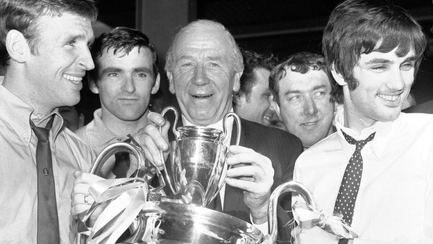 Si Matt Busby poses with the European Cup alongside Pat Crerand (left) and George Best (right)