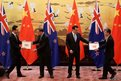 New Zealand Prime Minister John Key (second from left) and Chinese Premier Li Keqiang (second from right) receive framed banknotes