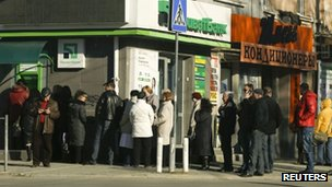 Queue at a cash machine in Simferopol (18 March 2014)