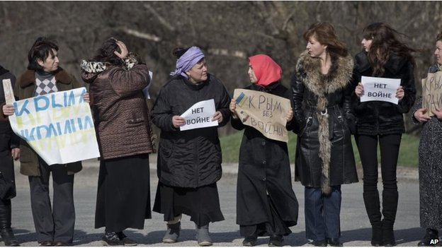 Crimean Tatar women protest against breakup up Ukraine in Simferopol (14 March 2014)