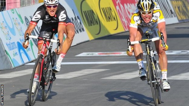 Mark Cavendish (right) won the Milan San Remo by the narrowest of margins in 2009