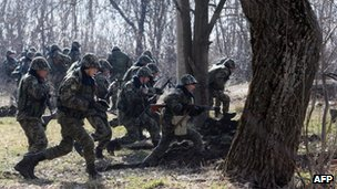 Ukrainian border guards run during exercises not far from the Alexeevka check point on the border between Ukraine and Russia, some 120 km from the eastern Ukrainian city of Donetsk on 21 March 2014.