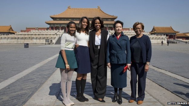 US first lady Michelle Obama, centre, her daughters from left Sasha, Malia, Michelle Obama's mother Marian Robinson, right, and Peng Liyuan, wife of Chinese President Xi Jinping pose for photograph as they visit to Forbidden City, 21 March 2014 in Beijing, China