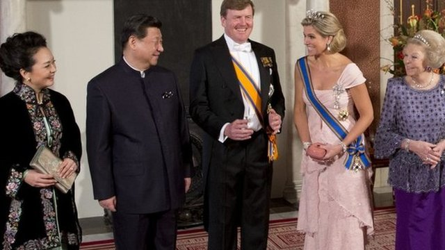 Chinas President Xi Jinping, second left, his wife Peng Liyuan, left, Dutch King Willem Alexander, centre, Queen Maxima, second right, and Princess Beatrix, right, pose for the official photo at the royal palace in Amsterdam